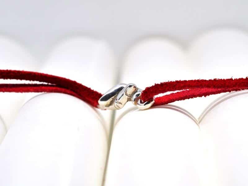 Vista frontal de la pulsera del hilo rojo del destino en plata