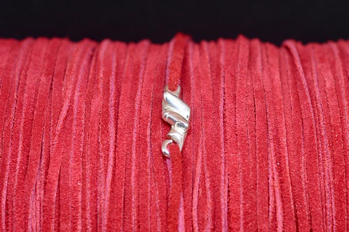 Pulsera del hilo rojo del destino en una bobina